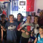 Photo des jeunes Venellois portant haut et fort les couleurs de la France