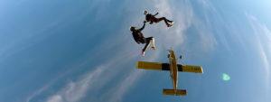 Photo vue du dessous montrant 2 parachutistes sautant d'un avion