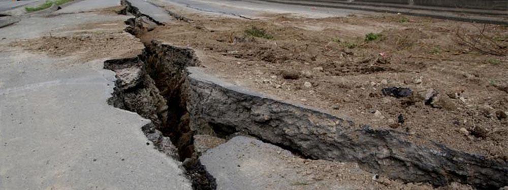 Photo d'une rue dévastée par un tremblement de terre