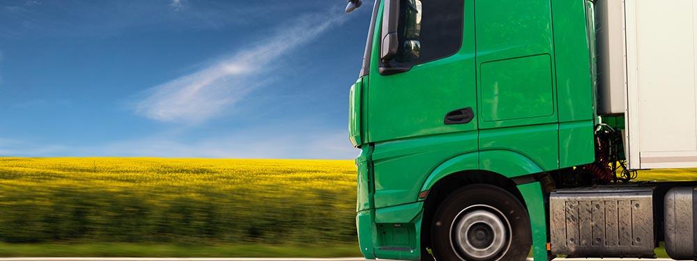 Photo d'un camion en train de rouler sur une route départementale