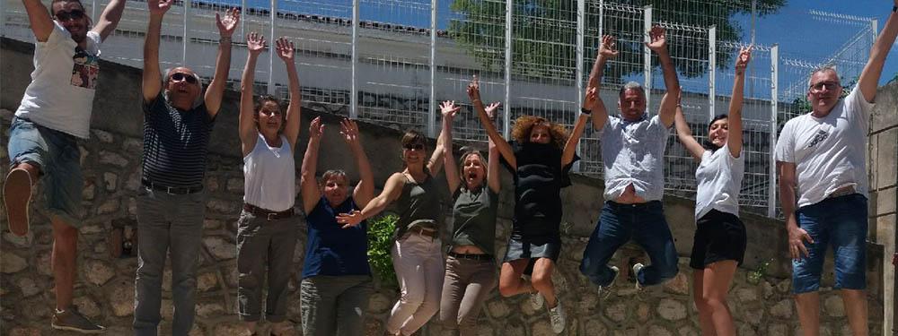 Photo du service jeunesse en train de sauter les mains en l'air