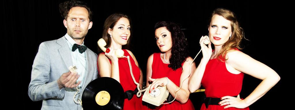 Photo du groupe Amour Swing Beauté posant avec vinyle et vieux téléphone