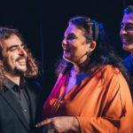 Photo représentant 3 musiciens et 1 chanteuse sur scène en train de sourire