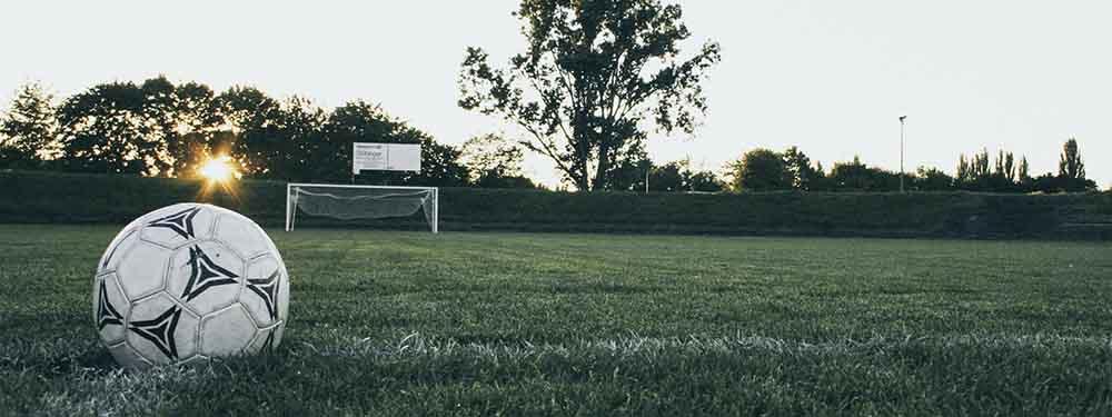 Photo d'un ballon posé sur un terrain