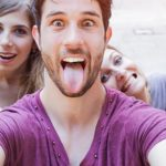 Selphie de jeunes adolescents en train de faire la grimace