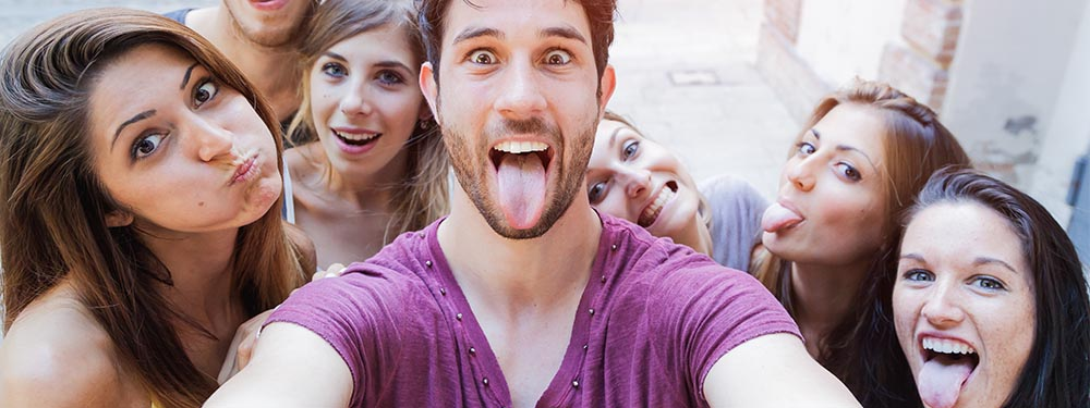 Selphie de jeunes adolescents en train de faire la grimace