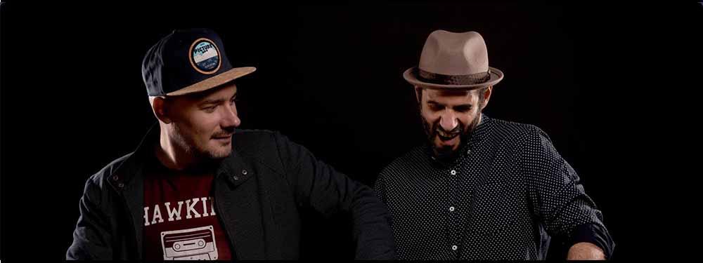 Photo des musiciens de Scratch Bandit Crew posant sur un fond noir