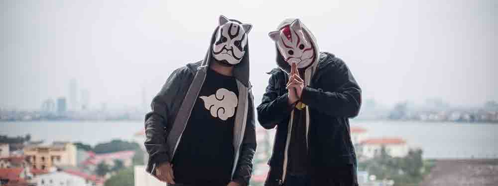 Photo des artistes tha trickaz avec leurs fameux masques