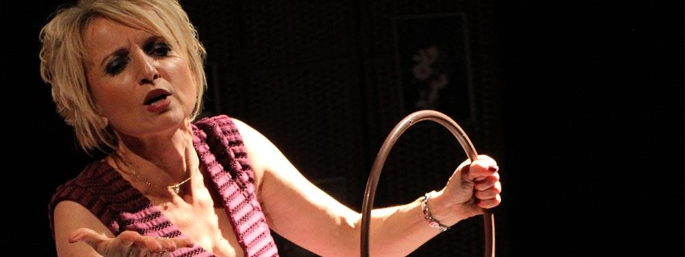 Photo de Coco Flower sur scène pour son spectacle à Fleur de peau