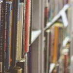 Photo de livres sur une étagère de bibliothèque