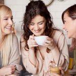 Photo de 3 femmes en train de discuter autour d'une tasse de café