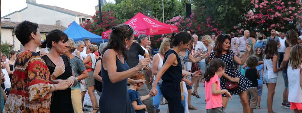 Photo des Venellois en train de danser pendant les mardis en fête