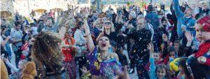 Photo de venellois lançant des confettis