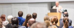 Photo de nombreux spectateurs assistant à une conférence