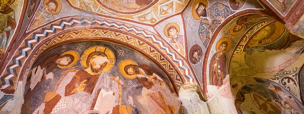 Photo d'un plafond orné de peintures d'une église