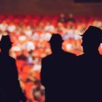 Photo d'acteur sur une scène de théâtre devant des fauteuils