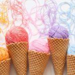 Photo de cônes de glaces où la glace est remplacée par des pelotes de laine de couleurs