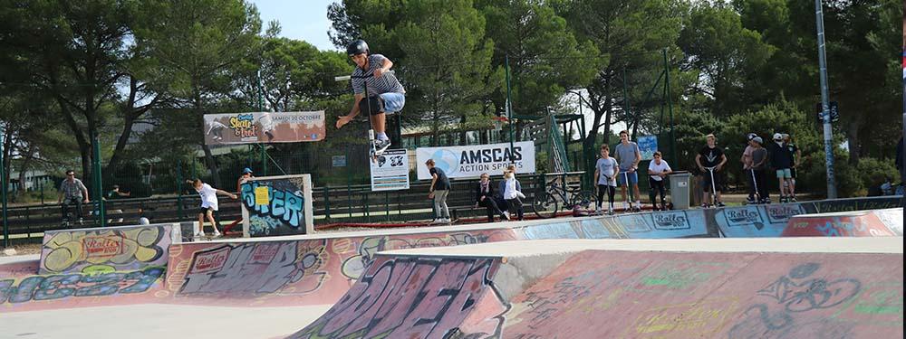 Photo d'un trotteur en train de faire un saut dans le skatepark