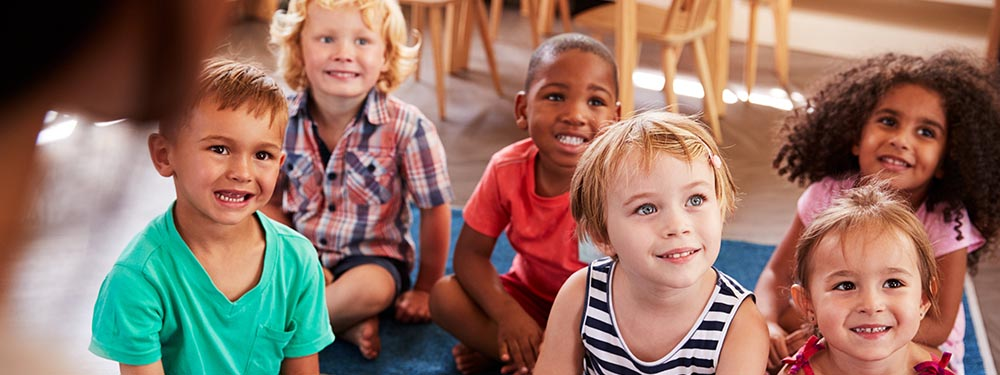 Photo d'un groupe d'enfants attentifs à un conte
