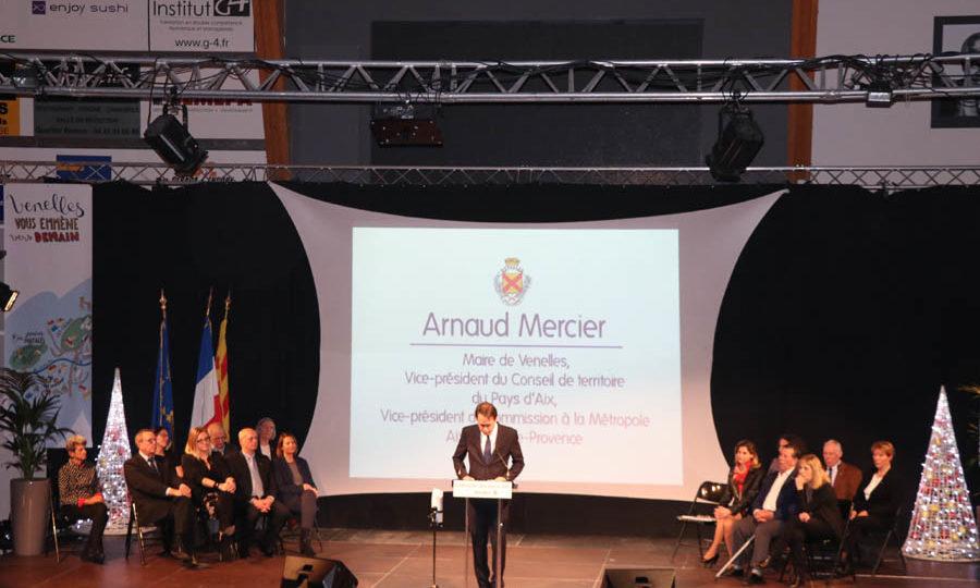 Photo d'Arnaud Mercier, maire de Venelles, sur scène, en compagnie des élus de la majorité, commençant son discours