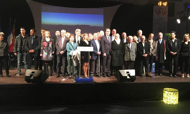 Photo de tous les élus et personnalités politiques sur la scène.