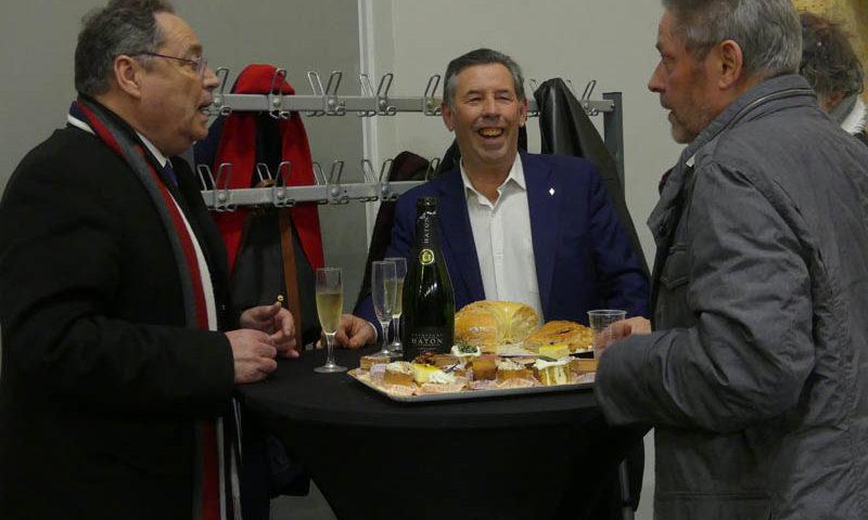 Photo de 3 monsieurs qui parlent autour de cocktails et de la galette des rois