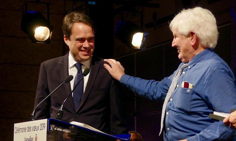 Photo du maire de Venelles remettant la médaille de la ville à Bernard Grégeois pour son engagement au sein de la comission chargée de la révision des listes électorales.