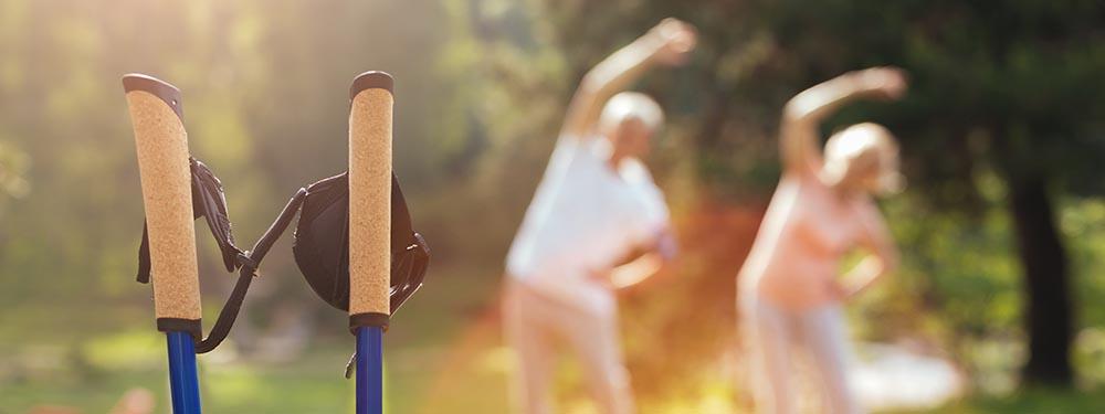 Photo de 2 sportifs seniors en train de faire du sport en extérieur