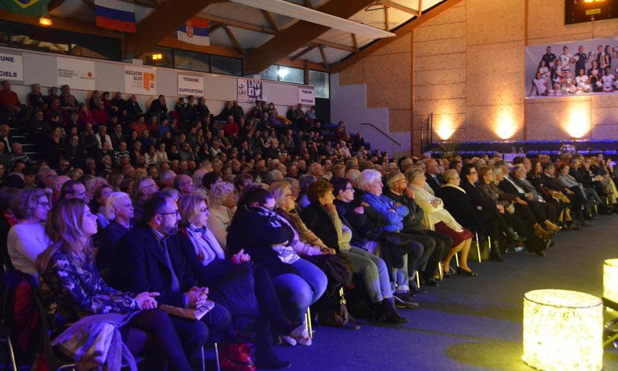 Image de nombreuses personnes dans le public écoutant le discours du maire de Venelles