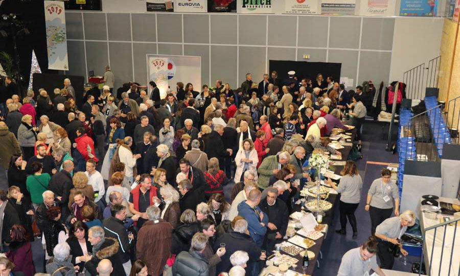 Photo de nombreuses personnes étant au buffet de la cérémonie des voeux.