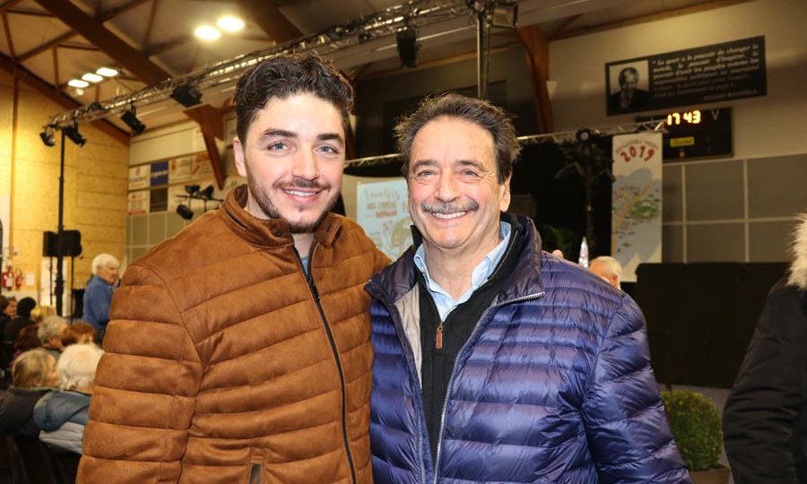 Photo d'un père et d'un fils, côte à côte, souriant.