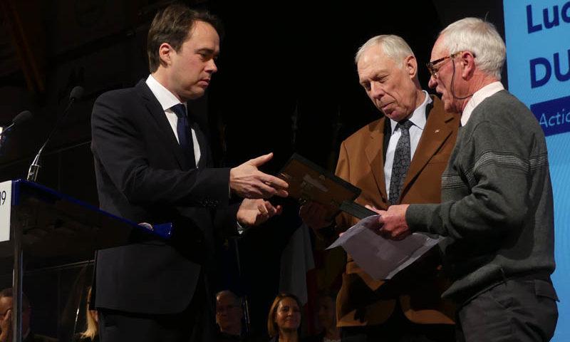 Photo du maire de Venelles remettant la médaille de la ville à Lucien Duranti pour son dévouement au sein de l'association venelloise pour le don bénévole du sang.