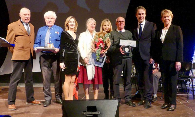 Photo des 3 médaillés de la ville avec le maire ainsi que des élus de la majorité.