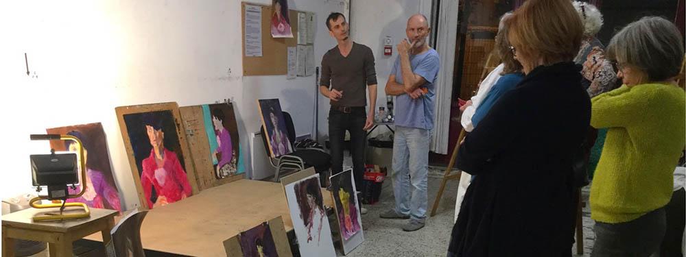 Photo de personnes en train de regarder les tableaux de l'académie libre