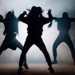 Photo de 3 danseurs contemportains sur scène