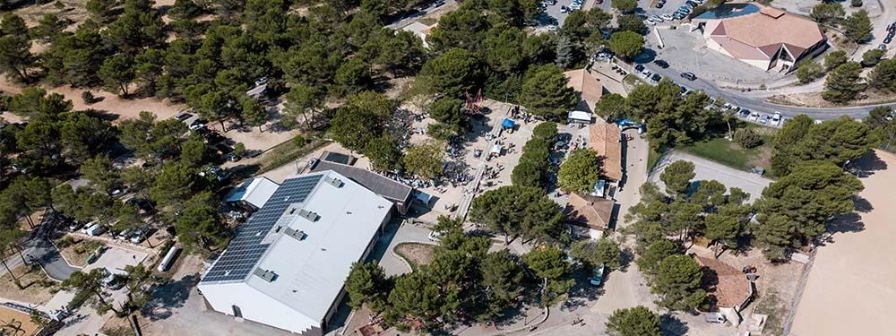 Photo vu d'un drône du parc des sports maurice daugé montrant la halle nelson mandela et la salle polyvalente
