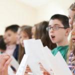 enfants chantant en groupe