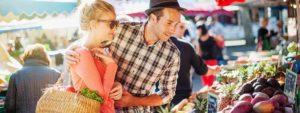 Photo d'un couple entrain d'acheter des fruits et légumes sur le marché