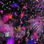 Photo d'un événement avec des confettis de toutes les couleurs