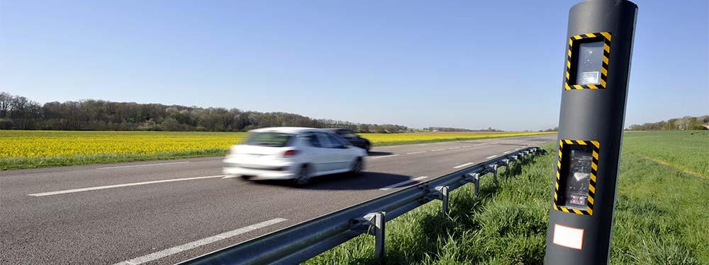 Photo d'une route avec un radar