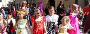 Photo de jeunes filles se donannt la main et portant des costumes vénitiens