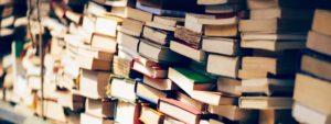 Photo montrant des piles de livres