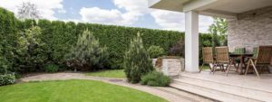 Photo de la terrasse et du jardin d'une maison