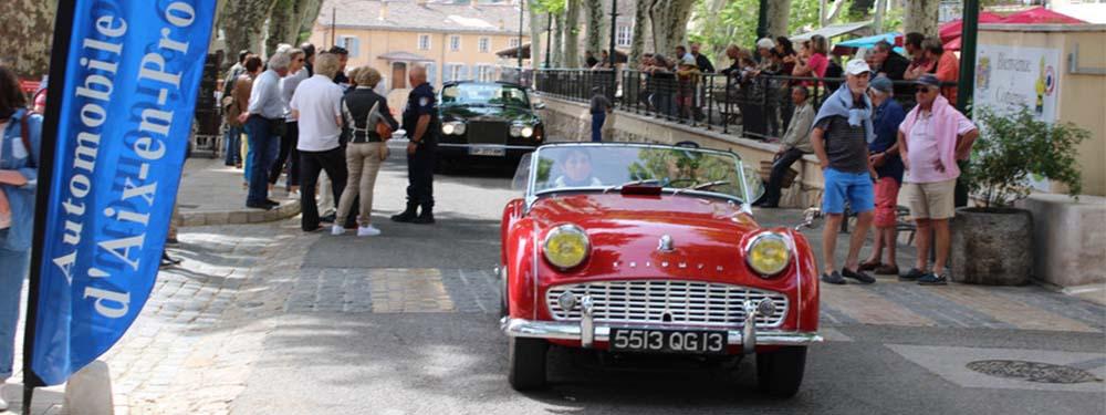 Photo montrant le défilé de voitures de collection de La ronde du Pays d'Aix