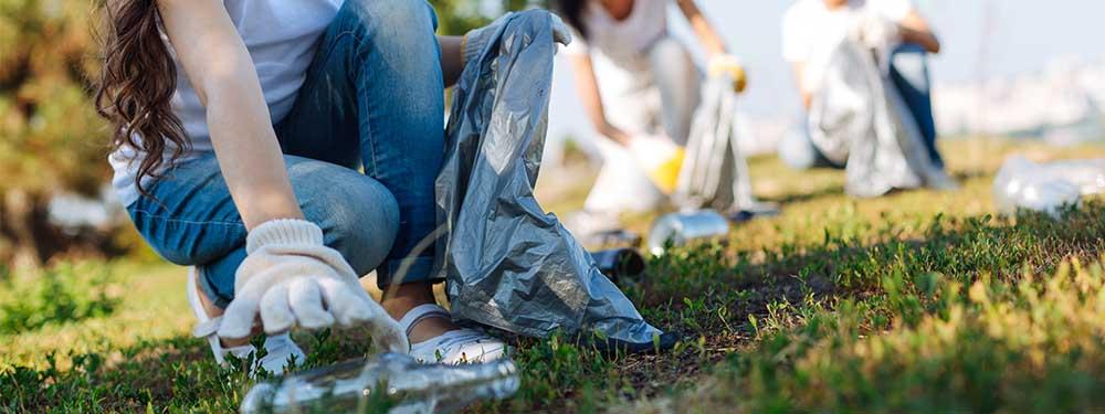 Photo montrant des gens en train de ramasser des déchets dans un parc