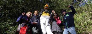 Photo montrant 4 enfants fiers de leur chasse chocolatée accompagnée d'une animatrice