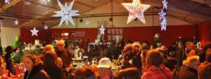 Photo du marché de Noel 2018, montrant les stands et des acheteurs