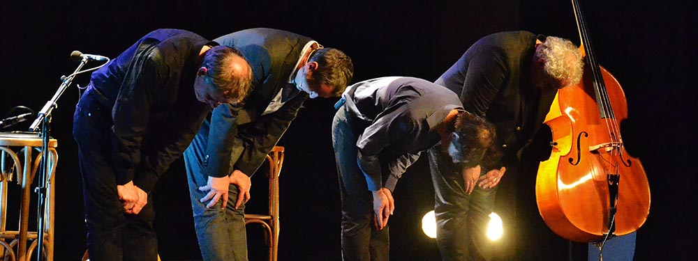 Photo du groupe : Entre 2 caisses en train de saluer sur scène