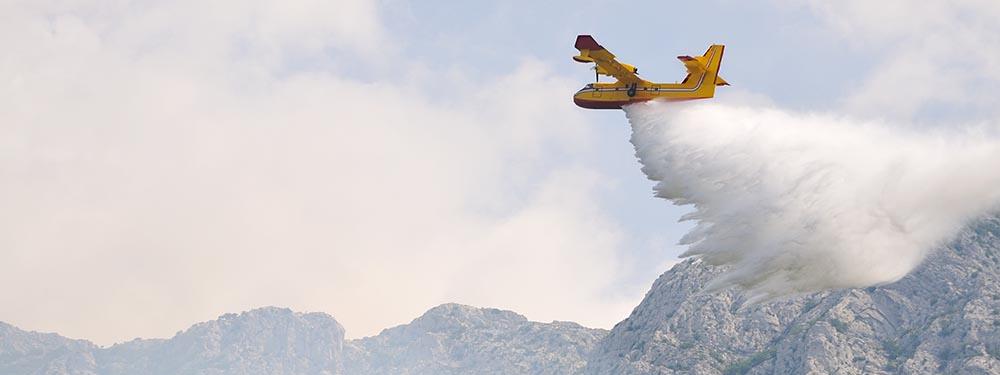 Photo d'un Canadair en train de décharger son eau