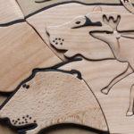 Photo représentant quatre gravures tactiles de lions. Il s'agit d'une reproduction de peinture de l'époque préhistorique.